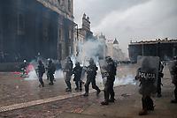 BOGOTÁ- COLOMBIA, 28-04-2021:Disturbios en la Plaza de Bolívar durante el Paro Nacional. /Riots in the Plaza de Bolívar during the National Strike. Photo: VizzorImage / Felipe Caicedo / Staff