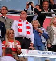 12.05.2018, Football 1. Bundesliga 2017/2018, 34.  match day, FC Bayern Muenchen - VfB Stuttgart, in Allianz-Arena Muenchen. Bei winner ehrung haelt president Uli Hoeness (li, FC Bayern) seine wife Susi an der Hand. *** Local Caption *** © pixathlon<br /> <br /> +++ NED + SUI out !!! +++<br /> Contact: +49-40-22 63 02 60 , info@pixathlon.de