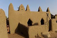 MALI Dogon Land , Dogon village with clay architecture at the Falaise which is UNESCO world heritage  / MALI, etwa 20 km südoestlich von Bandiagara verlaeuft die rund 200 km lange  Falaise , UNESCO Welterbe, eine teilweise stark erodierte Sandsteinwand bis zu 300 m Hoehe  , hier befinden sich viele Dogon Doerfer in Lehmbau Architektur