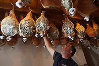 Europe/France/Auvergne/15/Cantal/Saint-Illide: Laurent  Fleys  et les jambons maison dans la boutique de la Ferme-Auberge du Bruel [Non destiné à un usage publicitaire - Not intended for an advertising use]
