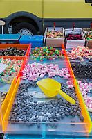 Italie, Val d'Aoste, Hône:  marché de Noël,  étal de confiseries / Italy, Aosta Valley, Hône: Christmas market stall confectionery
