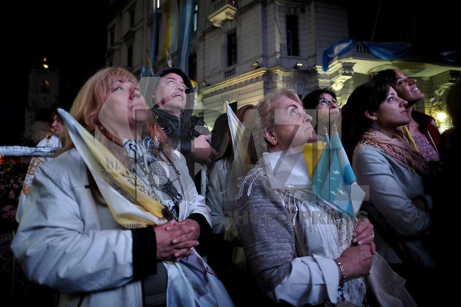 BUENOS AIRES, ARGENTINA, 19 DE MARCO 2013 - MISSA - Milhares fies se reunirao na Catedral de Buenos Aires na capital Argentina para acompanhar a audiência pública realizada na Praça São Pedro, no Vaticano com o Papa Francisco na madrugada desta terça-feira. FOTO: JUANI RONCORONI - BRAZIL PHOTO PRESS.