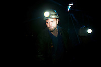 Bergarbeiterstreik in Spanien.<br />In dem Dorf Santa Cruz del Sil der Provinz Leon haben 8 Bergarbeiter am 21. Mai 2012  beschlossen, sich so lange in der Mine einzuschliessen, bis alle Mineros ihren vollen Lohn von der Firmenleitung erhalten. Die Firmenleitung hatte ihnen im Mai 2012 nur die Haelfte des Lohns ausgezahlt. Seit dem wird die Mine bestreikt.<br />Im Bild: Ein Minero faehrt zu seinen einegschlossenen Kollegen in die Mine.<br />3.7.2012, Santa Cruz del Sil/Asturien/Spanien<br />Copyright: Christian-Ditsch.de<br />[Inhaltsveraendernde Manipulation des Fotos nur nach ausdruecklicher Genehmigung des Fotografen. Vereinbarungen ueber Abtretung von Persoenlichkeitsrechten/Model Release der abgebildeten Person/Personen liegen nicht vor. NO MODEL RELEASE! Don't publish without copyright Christian-Ditsch.de, Veroeffentlichung nur mit Fotografennennung, sowie gegen Honorar, MwSt. und Beleg. Konto:, I N G - D i B a, IBAN DE58500105175400192269, BIC INGDDEFFXXX, Kontakt: post@christian-ditsch.de.<br />Urhebervermerk wird gemaess Paragraph 13 UHG verlangt.]