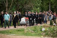 """Das """"Zentrum fuer Politische Schoenheit"""" liess am Dienstag den 16. Juni 2015 auf dem Muslimischen Teil des Friedhof in Berlin-Gatow eine Fluechtlingsfrau aus Syrien beerdigen, die mit ihrem Kind bei der Flucht ueber das Mittelmeer ertrunken ist. Ihr Kind konnte nicht geborgen werden, es ist im Mittelmeer verschollen.<br /> Die Frau wurde zuvor im Beisein von Angehoerigen in Suedeuropa exhumiert und durch ein Beerdigungsunternehmen nach Deutschland gebracht. Die Beerdigung fand unter dem Motto """"Die Toten kommen"""" statt und war die erste von insgesammt 10 geplanten Beerdigungen.<br /> Vor dem Grab waren 40 Stuehle fuer eingeladene Beerdigungs-Gaeste aufgestellt die jedoch leer blieben. Es waren die politisch Verantwortlichen der deutschen Asylpolitik geladen worden, die jedoch nicht erschienen.<br /> Das Zentrum fuer Politische Schoenheit will 8 weitere Mittelmeer-Tote nach Berlin bringen und sie vor das Kanzleramt bringen um den politisch Verantwortlichen die Folgen ihrer Asylpolitik drastisch vor Augen zu fuehren.<br /> Im Bild: Imam Abdallah Hadjjir fuehrt den Trauerzug mit den Saergen an.<br /> 16.6.2015, Berlin<br /> Copyright: Christian-Ditsch.de<br /> [Inhaltsveraendernde Manipulation des Fotos nur nach ausdruecklicher Genehmigung des Fotografen. Vereinbarungen ueber Abtretung von Persoenlichkeitsrechten/Model Release der abgebildeten Person/Personen liegen nicht vor. NO MODEL RELEASE! Nur fuer Redaktionelle Zwecke. Don't publish without copyright Christian-Ditsch.de, Veroeffentlichung nur mit Fotografennennung, sowie gegen Honorar, MwSt. und Beleg. Konto: I N G - D i B a, IBAN DE58500105175400192269, BIC INGDDEFFXXX, Kontakt: post@christian-ditsch.de<br /> Bei der Bearbeitung der Dateiinformationen darf die Urheberkennzeichnung in den EXIF- und  IPTC-Daten nicht entfernt werden, diese sind in digitalen Medien nach §95c UrhG rechtlich geschuetzt. Der Urhebervermerk wird gemaess §13 UrhG verlangt.]"""