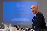 """Pressekonferenz zur Uebergabe der """"New Urban Agenda""""-Erklaerung von mehr als 30 fuehrenden Wissenschaftlern aus den Bereichen Klima, Mobilitaet und nachhaltige Stadtentwicklung beim German Habitat Forum am 1.Juni 2016 in Berlin.<br /> Mehr als 30 Forscher aus den Bereichen Mobilitaet, Klimaschutz und nachhaltige Stadtentwicklung wollen dem Stillstand in der Verkehrspolitik nicht weiter zusehen und haben eine gemeinsame """"New Urban Agenda""""-Erklaerung verfasst. In dieser Erklaerung fordern sie den Regierenden Buergermeister von Berlin, Michael Mueller, unter anderem auf, nach der Pariser Klimakonferenz in Berlin Taten folgen zu lassen.<br /> Die Wissenschaftler wollen, dass der Regierende Buergermeister das Berliner Radverkehrsgesetz (RadG) des Volksentscheids Fahrrad mit seinem massiven Klimaschutzbeitrag unmittelbar in Kraft setzt. Es braucht keine weiteren unverbindlichen Absichtserklaerungen, sondern konkrete Schritte. Grade vor der Agbeordnetenhauswahl im September 2016 waere dies ein Zeichen, welches die Buerger Berlins begruessen wurden. So Prof. Dr. Stephan Rammler, Initiator der Erklaerung """"New Urban Agenda"""".<br /> Im Bild: Prof. Dr. Stephan Rammler, Initiator der Erklaerung """"New Urban Agenda"""", Institut fuer Transportation Design, Hochschule fuer Bildende Kuenste Braunschweig.<br /> 30.5.2016, Berlin<br /> Copyright: Christian-Ditsch.de<br /> [Inhaltsveraendernde Manipulation des Fotos nur nach ausdruecklicher Genehmigung des Fotografen. Vereinbarungen ueber Abtretung von Persoenlichkeitsrechten/Model Release der abgebildeten Person/Personen liegen nicht vor. NO MODEL RELEASE! Nur fuer Redaktionelle Zwecke. Don't publish without copyright Christian-Ditsch.de, Veroeffentlichung nur mit Fotografennennung, sowie gegen Honorar, MwSt. und Beleg. Konto: I N G - D i B a, IBAN DE58500105175400192269, BIC INGDDEFFXXX, Kontakt: post@christian-ditsch.de<br /> Bei der Bearbeitung der Dateiinformationen darf die Urheberkennzeichnung in den EXIF- und  IPTC-Daten nicht entfe"""