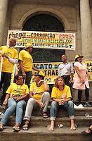 RIO DE JANEIRO, RJ, 30.09.2013 - GREVE FUNCIONARIOS SANTA CASA DE MISERICORD - Funcionários da Santa Casa de Misericórdia entram em greve por conta dos salários atrasados a três meses e por melhores condições de trabalho os funcionários se encontram na entrada do hospital nessa segunda 30. (Foto: Levy Ribeiro / Brazil Photo Press)