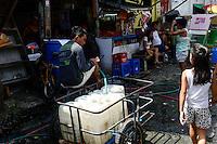 PHILIPPINES, Manila, Intramuros, Slum, water shortage / PHILIPPINEN, Manila, Intramuros, Slumhütten im historischen Zentrum, Wasserversorgung