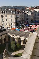Europe/France/Aquitaine/24/Dordogne/Périgueux: Le Cloitre de la Cathédrale et le marché , place de la Clautre, devant la Cathédrale Saint-Front