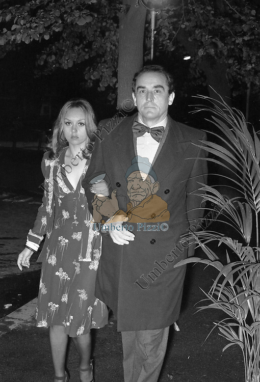 VITTORIO GASSMAN CON LA MOGLIE DILETTA D'ANDREA  - FESTA CRISTIAN DE SICA SCACCO MATTO CLUB  ROMA 1974