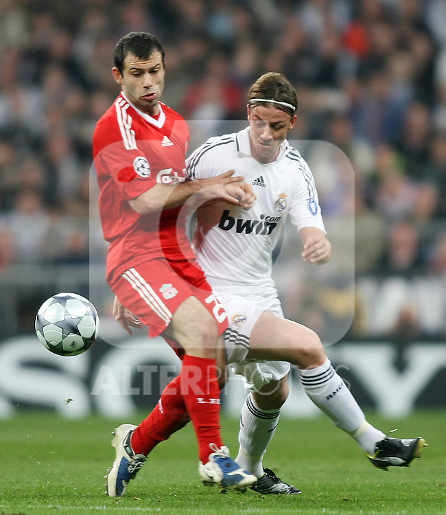 Liverpool's Javier Mascherano (l) and Real Madrid's Guti (r) during the UEFA Champions League match. February 25 2009. (ALTERPHOTOS/Acero).