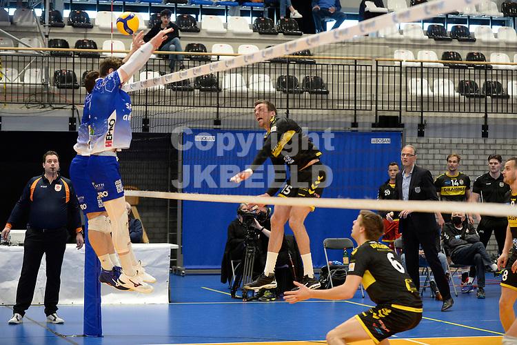 24-04-2021: Volleybal: Amysoft Lycurgus v Draisma Dynamo: Groningen Dynamo speler Sjoerd Hoogendoorn slaat de bal over het Lycurgus blok