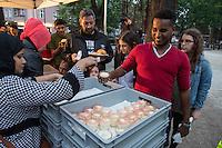 Bundespraesident Joachim Gauck nahm am Montag den 13. Juni 2016 in Berlin Moabit an einem gemeinsamen Fastenbrechen it Muslimen teil.<br /> Im Bild: Ein Fluechtling aus Somalia bei der Ausgabe des Abendessen.<br /> 13.6.2016, Berlin<br /> Copyright: Christian-Ditsch.de<br /> [Inhaltsveraendernde Manipulation des Fotos nur nach ausdruecklicher Genehmigung des Fotografen. Vereinbarungen ueber Abtretung von Persoenlichkeitsrechten/Model Release der abgebildeten Person/Personen liegen nicht vor. NO MODEL RELEASE! Nur fuer Redaktionelle Zwecke. Don't publish without copyright Christian-Ditsch.de, Veroeffentlichung nur mit Fotografennennung, sowie gegen Honorar, MwSt. und Beleg. Konto: I N G - D i B a, IBAN DE58500105175400192269, BIC INGDDEFFXXX, Kontakt: post@christian-ditsch.de<br /> Bei der Bearbeitung der Dateiinformationen darf die Urheberkennzeichnung in den EXIF- und  IPTC-Daten nicht entfernt werden, diese sind in digitalen Medien nach §95c UrhG rechtlich geschuetzt. Der Urhebervermerk wird gemaess §13 UrhG verlangt.]
