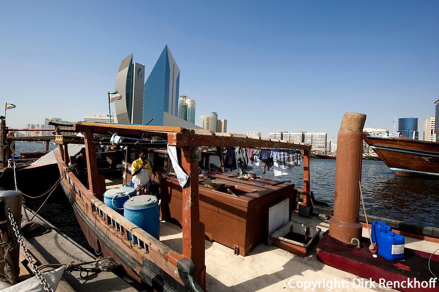Vereinigte arabische Emirate (VAE),  Dubai, Dhau vor National Bank of Dubai und Chamber of Commerce and Industry