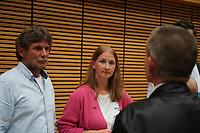 SPD Direktkandidatin Melanie Wegling eobachtet die Stimmauszählung und spricht mit Landrat Thomas Will- Gross-Gerau 26.09.2021: Ergebnisse Bundestagswahl im Kreistag