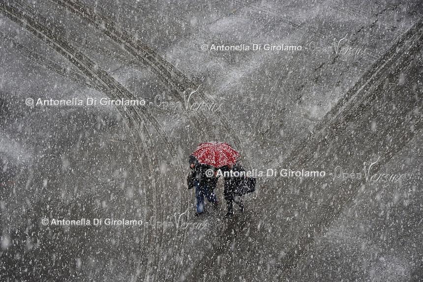 Persone a piedi sotto la neve.People walk in the snow.Maltempo.Bad weather.Neve a Roma.Snow in Rome....