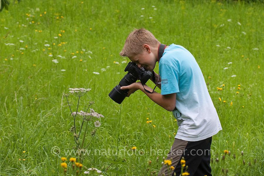 Kind, Junge fotografiert in der Natur, auf einer Wiese, Fotografieren, Naturfotografie, Child, boy photographs in nature, in a meadow, photography, nature photography