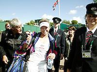 29-6-07,England, Wimbldon, Tennis, Michaella Krajicek steekt de duim omhoog, terwijl ze bescherd door beveiligings agenten naar de kleedkamer loopt nadat zij zich heeft geplaatst voor de vierde ronde!