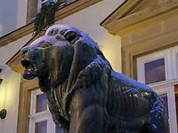 Bronzelöwe vor dem Rathaus auf Place Guillaume II, Luxemburg-City, Luxemburg, Europa, UNESCO-Weltkulturerbe<br /> Bronze lion in front of Cityhall at Place Guillaume II, Luxembourg City, Europe, UNESCO Heritage Site