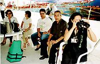 Técnica da Sectam-Secretaria de Estado de Ciência tecnologia e Meio Ambiente(c/ binóculos) é observada pelo Diretor da texaco José Ferreira Amim( segundo da Direita para esquerda).<br />26/02/2000.<br />Foto: Paulo Santos/Interfoto