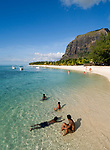 MUS, Mauritius, Black River, Le Morne: Hotel Berjaya Resort - Strand und Le Morne Brabant | MUS, Mauritius, Black River, Le Morne: Hotel Berjaya Resort - beach, Le Morne Brabant mountain