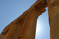 LIBANO A circa 90 km da Beirut, nella valle della Bekaa, si trova il sito di Baalbek, luogo dedicato al dio fenicio Baal, in seguito dai greci denominata Eliopolis (città del sole) e divenuta poi in epoca romana (Colonia Julia Felix)  luogo di culto di Giove.Impressionante l'acropoli, di cui fanno parte i templi di Giove , del cui portico restano solo 6 imponenti colonne di oltre 20 metri di altezza, il tempio di Bacco, con belle decorazioni e il tempio di Venere, divenuto basilica in periodo cristiano. Nei pressi delle rovine sorge il Museo  della Liberazione Palestinese (dal 1975 la zona è il quartier generale degli hezbollah). Nell'immagine alcune colonne superstiti del Tempio di Giove.