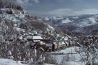 Europe/France/Auvergne/15/Cantal/Thiézac: le village sous le neige et en fond le Plomb du Cantal