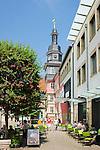 Germany; Free State of Thuringia, Eisenach: cafés at market square and tower of city hall | Deutschland, Thueringen, Eisenach: Cafes am Marktplatz und der Rathausturm