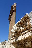 LIBANO A circa 90 km da Beirut, nella valle della Bekaa, si trova il sito di Baalbek, luogo dedicato al dio fenicio Baal, in seguito dai greci denominata Eliopolis (città del sole) e divenuta poi in epoca romana (Colonia Julia Felix)  luogo di culto di Giove.Impressionante l'acropoli, di cui fanno parte i templi di Giove , del cui portico restano solo 6 imponenti colonne di oltre 20 metri di altezza, il tempio di Bacco, con belle decorazioni e il tempio di Venere, divenuto basilica in periodo cristiano. Nei pressi delle rovine sorge il Museo  della Liberazione Palestinese (dal 1975 la zona è il quartier generale degli hezbollah). Nell'immagine: il tempio di Giove e il suo fregio con teste di leone.
