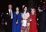 VITTORIO DE SICA, MARIANGELA MELATO, ISABELLA ROSSELLINI E MARIA MERCADER<br /> ALL'USCITA DELL'OSTERIA ROMANA DA GIGGI FAZI  ROMA 1971