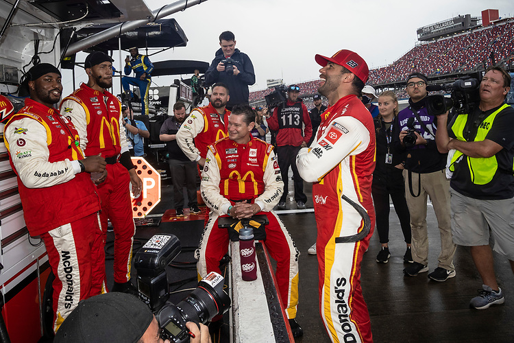 #23: Bubba Wallace, 23XI Racing, Toyota Camry McDonald's with his crew during the rain delay