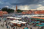 Morocco, Marrakech: view over Jemaa el Fna, since 2001 UNESCO Masterpiece of the Oral and Intangible Heritage of Humanity, and Koutoubia Mosque | Marokko, Marrakesch: Jemaa el Fna, zentraler Marktplatz und seit 2001 auf der UNESCO-Liste der Meisterwerke des muendlichen und immateriellen Erbes der Menschheit