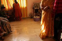 06.12.2008 Delhi(Haryana)<br /> <br /> Preparation for the puja of the bride before the wedding.<br /> <br /> Préparation pour la puja de la mariée avant le mariage.