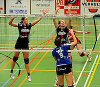 Tievolley Tielt - Vlamvo Vlamertinge : Griet Liefhooghe plaatst de bal over het blok van Julie Liebeert (rechts) en Veerle Verkest (links).foto VDB / BART VANDENBROUCKE
