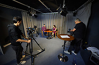 Amal, Berlin!<br /> Amal, Berlin! ist ein Projekt der Evangelischen Journalistenschule in Zusammenarbeit mit der Evangelischen Kirche in Deutschland, der Koerber-Stiftung, der Schoepflin-Stiftung sowie weiteren Partnern.<br /> Amal, Berlin! informiert Montag bis Freitag auf Arabisch und Dari/Farsi darueber, was in der Stadt los ist. Das Wichtigste vom Tage wird ergaenzt durch Reportagen, Interviews und Kommentare. Journalisten und Journalistinnen aus Syrien, Afghanistan, Aegypten und Iran betreiben diese mobile Nachrichtenplattform als eine lokale Tageszeitung fuer das Smartphone.<br /> Im Bild: Sitzend: Noorullah R. und Maryam M.. Links an der Kamera: Dawod A., rechts an der Kamera: Ali H.<br /> 20.9.2021, Berlin<br /> Copyright: Christian-Ditsch.de