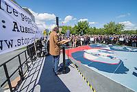 """Unter dem Motto: """"Frau Merkel: Aussitzen ist Beihilfe!"""" protestierten am Samstag den 30.Mai 2015 Rechtsanwaeltinnen und Rechtsanwaelte vor dem Bundeskanzleramt gegen die geplante Vorratsdatenspeicherung.<br /> Die Kundgebung fand anlaesslich des 2. Jahrestages der Enthuellungen von Edward Snowden ueber die weltweiten verfassungswidrigen Massenueberwachung durch Geheimdienste statt. Aufgerufen zu der Kundgebung hatte die parteiunabhaengige Hamburger Initiative """"Rechtsanwaelte gegen Totalueberwachung"""".<br /> Im Bild: Hans-Christian Stroebele (MdB, B90/Gruene, Mitglied im NSA-Untersuchungsausschuss).<br /> 30.5.2015, Berlin<br /> Copyright: Christian-Ditsch.de<br /> [Inhaltsveraendernde Manipulation des Fotos nur nach ausdruecklicher Genehmigung des Fotografen. Vereinbarungen ueber Abtretung von Persoenlichkeitsrechten/Model Release der abgebildeten Person/Personen liegen nicht vor. NO MODEL RELEASE! Nur fuer Redaktionelle Zwecke. Don't publish without copyright Christian-Ditsch.de, Veroeffentlichung nur mit Fotografennennung, sowie gegen Honorar, MwSt. und Beleg. Konto: I N G - D i B a, IBAN DE58500105175400192269, BIC INGDDEFFXXX, Kontakt: post@christian-ditsch.de<br /> Bei der Bearbeitung der Dateiinformationen darf die Urheberkennzeichnung in den EXIF- und  IPTC-Daten nicht entfernt werden, diese sind in digitalen Medien nach §95c UrhG rechtlich geschuetzt. Der Urhebervermerk wird gemaess §13 UrhG verlangt.]"""