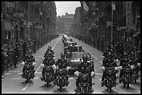 Rue de Metz. 7 mai 1971. Vue du convoi présidentiel de Georges Pompidou ; motards de la police précédent la voiture décapotable dans laquelle Georges Pompidou, debout, salue la foule de la main