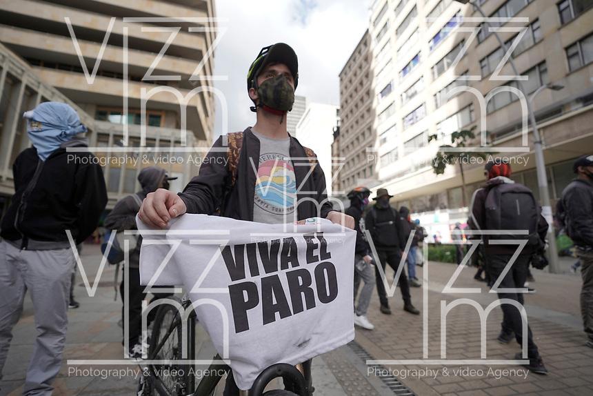 BOGOTA - COLOMBIA, 13-09-2020: Cientos de manifestantes frente al CAI de San Diego durante el quinto día de protestas causadas por el asesinato del abogado Javier Ordoñez, abogado de 46 años, a manos de efectivos de la Policía de Bogotá el pasado miércoles 09 de septiembre de 2020 en el barrio Villa Luz al noroccidente de Bogotá (Colombia). En lo que va corrido del 2020 la alcaldía de Bogotá ha recibido 137 denuncias  de abuso policial de las cuales la Policía acusa recibido de 38.  / Hundred of people in front of San Diego CAI during the fifth day of protests caused by the murder of lawyer Javier Ordoñez, a 46-year-old lawyer, at the hands of members of the Bogotá Police on Wednesday, September 9, 2020 in Villa Luz neighborhood in the northwest of Bogotá (Colombia). So far in 2020 the Bogotá mayor's office has received 137 complaints of police abuse of which the Police accuse they have received 38. Photo: VizzorImage / Diego Cuevas / Cont