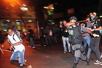 RIO DE JANEIRO,RJ.30.09.2013: MANIFESTANTES ENTRAM EM CONFRONTO COM A POLICIA NO CENTRO DO RIO- Manifestantes entraram em confronto com policiais militares no Centro da Cidade após um protesto em apoio aos professores agredidos por policiais na Câmara Municipal no último sábado. O choque foi acionado e chegou ao local depois de uma confusão com a pm em frente ao teatro municipal, foi lançado bombas de gás lacrimogênio e balas de borracha. Uma bomba foi jogada dentro da viatura da pm, bancos foram depredados e fogueiras foram feitas nas ruas do Centro. Fotógrafos foram agredidos por policiais que jogaram spray de pimento no rosto. SANDROVOX/BRAZILPHOTOPRESS