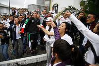 MANIZALES-COLOMBIA. 16-05-2013. Gente cantando en Instantes que Juan David Atehortúa, hincha del Once Caldas, es trasladado hasta el Parque Cementerio La Esperanza en Manizales. Atehortúa fue asesinado por hinchas del Nacional el luines pasado./ People sing in moments when Juan David Atehortua, Once Caldas fan, is moved to La Esperanza cementery in Manizales. Atehortua was killed the last Monday in Itagüi by Atletico Nacional fans Photo: VizzorImage/Yonboni/STR