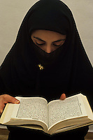 Donna Islamica legge il Corano. Islamic woman read the Koran....