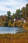 Deutschland, Bayern, Oberbayern, Chiemgau, Seeon: Villen am Klostersee | Germany, Bavaria, Upper Bavaria, Chiemgau, Seeon: villas at Monastery Lake