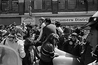 Ken Dryden,,<br /> Defile de la Coupe Stanley, sur la rue Ste-Catherine, Mai 1973,<br /> suite a la victoire contre les  Black Hawks de Chicago, le 10 mai.<br /> Date exacte inconnue.<br /> <br /> <br /> PHOTO  : Agence Quebec Presse - Alain Renaud