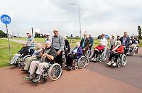 Nederland Marken 2015 06 24. Jaarlijkse Seniorenvierdaagse  georganiseerd door verzorgingshuis de Swaensborgh. Medewerkens van de Swaensborgh en vrijwilligers lopen met senioren 4 dagen een route in en rond Monnickendam
