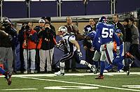 Wes Welker (Patriots) setzt sich durch<br /> New York Giants vs. New England Patriots<br /> *** Local Caption *** Foto ist honorarpflichtig! zzgl. gesetzl. MwSt. Auf Anfrage in hoeherer Qualitaet/Aufloesung. Belegexemplar an: Marc Schueler, Am Ziegelfalltor 4, 64625 Bensheim, Tel. +49 (0) 6251 86 96 134, www.gameday-mediaservices.de. Email: marc.schueler@gameday-mediaservices.de, Bankverbindung: Volksbank Bergstrasse, Kto.: 151297, BLZ: 50960101