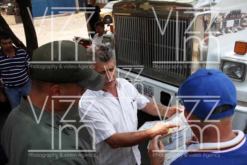 CUCUTA - COLOMBIA - 27 - 02 - 2016: Despues de permanecer por mas de seis meses cerrdada la frontera entre Colombia y Venezuela por decisión de Nicolas Maduro, Presidente de Venezuela; se dio paso vehicular por un tiempo de cinco horas, en la que se permitió el paso de todo tipo de vehículos, aunque inicialmente se había dicho que solo era de vehículos de carga pesada. A la larga fila de vehículos se sumaron vehículos que tuvieron que ser empujados por sus propietarios por fallas por falta de uso. / After staying for more than six months closed the border between Colombia and Venezuela by decision of Nicolas Maduro, Venezuela´s President; vehicular gave way was for a time of five hours, in which the passage of all types of vehicles allowed, though initially he had said he was only heavy vehicles. A long line of vehicles the vehicles that had to be pushed by their owners for failure due to lack of use joined. Photo: VizzorImage / Manuel Hernandez / Cont.