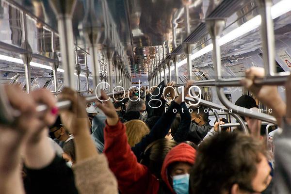 SÃO PAULO, SP, 27.05.2021:  Movimentação CPTM SP - Devido a problemas trens da linha 7 Rubi da CPTM  circularam com velocidade reduzida entre a estação Jundiaí no interior de São Paulo até a estação da Luz região central da cidade de São Paulo na manhã desta quinta - feira (27). No destaque a aglomeração de passageiros nos  trens da linha 7 Rubi da CPTM