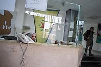 Sehid Xebat Hospital unter YPG-Verwaltung in Qamishli, Rojava/Syrien.<br /> Im Bild: Empfangstresen.<br /> 14.12.2014, Qamishli/Rojava/Syrien<br /> Copyright: Christian-Ditsch.de<br /> [Inhaltsveraendernde Manipulation des Fotos nur nach ausdruecklicher Genehmigung des Fotografen. Vereinbarungen ueber Abtretung von Persoenlichkeitsrechten/Model Release der abgebildeten Person/Personen liegen nicht vor. NO MODEL RELEASE! Nur fuer Redaktionelle Zwecke. Don't publish without copyright Christian-Ditsch.de, Veroeffentlichung nur mit Fotografennennung, sowie gegen Honorar, MwSt. und Beleg. Konto: I N G - D i B a, IBAN DE58500105175400192269, BIC INGDDEFFXXX, Kontakt: post@christian-ditsch.de<br /> Bei der Bearbeitung der Dateiinformationen darf die Urheberkennzeichnung in den EXIF- und  IPTC-Daten nicht entfernt werden, diese sind in digitalen Medien nach §95c UrhG rechtlich geschuetzt. Der Urhebervermerk wird gemaess §13 UrhG verlangt.]