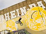 Europa, DEU, Deutschland, Nordrhein Westfalen, NRW, Rheinland, Niederrhein, Ruhrgebiet, Duisburg-Hochfeld, Freizeitanlage, RheinPark Duisburg, Skateranlage, BMX Fahrer, Kategorien und Themen, Sport, Funsport, Freizeit, Aktivitaeten, Sportliche Aktivitaeten, Sportlich, Stadt, Staedte, City, Citys, Staedtebau....[Fuer die Nutzung gelten die jeweils gueltigen Allgemeinen Liefer-und Geschaeftsbedingungen. Nutzung nur gegen Verwendungsmeldung und Nachweis. Download der AGB unter http://www.image-box.com oder werden auf Anfrage zugesendet. Freigabe ist vorher erforderlich. Jede Nutzung des Fotos ist honorarpflichtig gemaess derzeit gueltiger MFM Liste - Kontakt, Uwe Schmid-Fotografie, Duisburg, Tel. (+49).2065.677997, ..archiv@image-box.com, www.image-box.com]