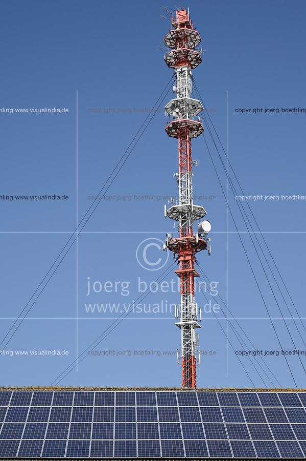 Germany, Cellular transmission pole / DEUTSCHLAND, Garding, Sendemast fuer Mobilfunk, Vordergrund Solardach