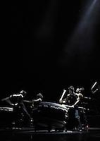 Yamato - The Drummers of Japan - Auftakt Deutschlandtour in Oper Leipzig - Gamushara heißt das nach zwei Jahren Entwicklungszeit an der historischen Wirkungsstätte der Drummers of Japan entwickelte Gesamtkunstwerk aus Rhythmus, Licht und Choreografie. Yamato schlagen damit erneut gekonnt eine ästhetische Brücke zwischen traditioneller Trommelkunst und zeitgenössischer Choreografie und erzeugen damit vor allem eines: pure Energie. Denn die Taiko-Virtuosen zeigen mit ihrer neuen Performance, welchen Weg derjenige einschlagen muss, dem die Welt verschworen und ausweglos erscheint: Gamushara! Ekstatischer Enthusiasmus für ein Ziel, Begeisterung, Leidenschaft, Hingabe und grenzenlose Beharrlichkeit, die das Ende niemals aus dem Auge verliert - gleich wie groß die Dunkelheit auch sein mag. Der Schlüssel dazu ist die unbändige Energie der Taiko-Trommel, die Kraft, der Mut, den ihr Rhythmus entfacht. - im Bild:  Impression von der energiegeladenen Show . Foto: aif / Norman Rembarz..Jegliche kommerzielle wie redaktionelle Nutzung ist honorar- und mehrwertsteuerpflichtig! Persönlichkeitsrechte sind zu wahren. Es wird keine Haftung übernommen bei Verletzung von Rechten Dritter. Autoren-Nennung gem. §13 UrhGes. wird verlangt. Weitergabe an Dritte nur nach  vorheriger Absprache. Online-Nutzung ist separat kostenpflichtig..
